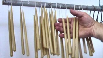 Výroba sviečok máčaním do vosku